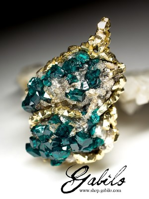 Gold suspension with dioptase
