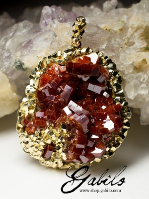 Gold suspension with vanadinite