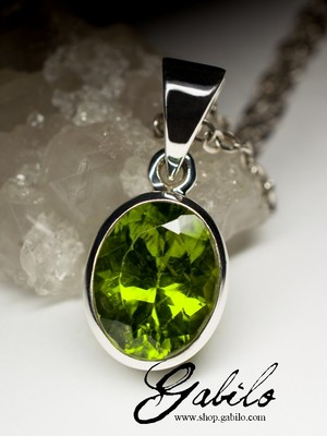 Silver pendant with chrysolite