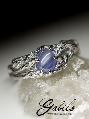 Gold ring with star sapphire