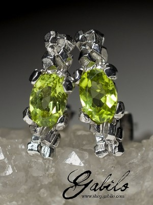 Silver earrings pouches with chrysolite