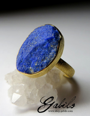 Golden ring with lapis lazuli