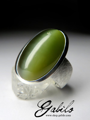 Large ring with jade with the effect of a cat's eye