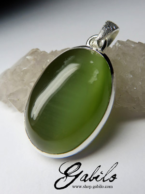 Pendant with jade with the effect of a cat's eye