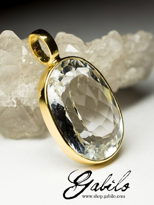 Gold pendant with topaz
