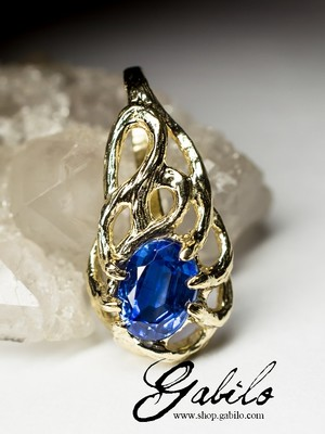 Gold pendant with kyanite