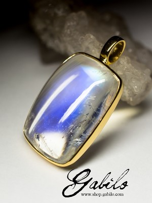 Gold pendant with moonstone