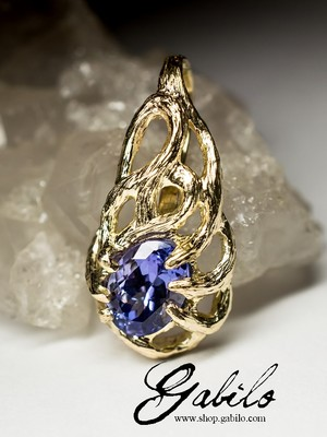 Gold pendant with tanzanite