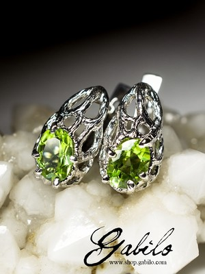 Silver earrings with chrysolite