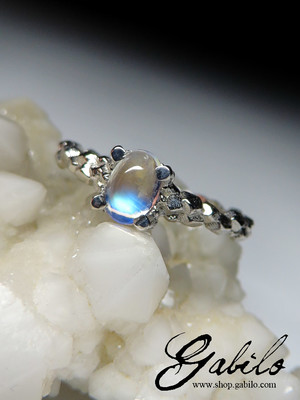 Moonstone cabochon gold ring