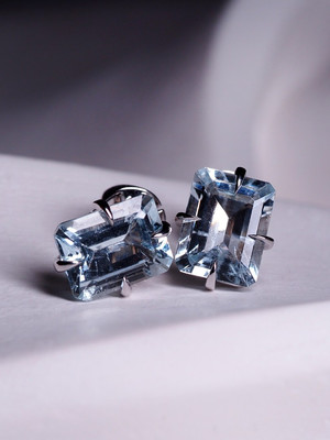 Aquamarine stud earrings in white gold