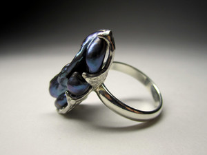 Ring with black pearls