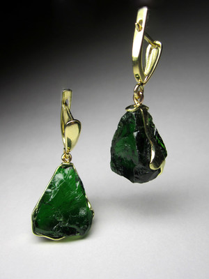 Gold earrings with chrome diopside