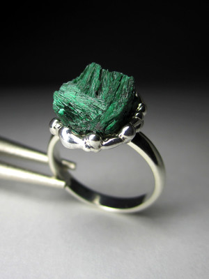 Ring with natural malachite