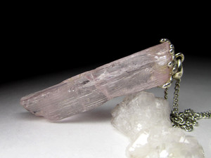 Gold pendant with pink kunzite