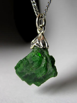 Gold pendant with chrome diopside