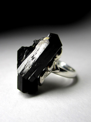Ring with black tourmaline crystals