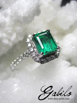 Emeralds gold ring with diamonds