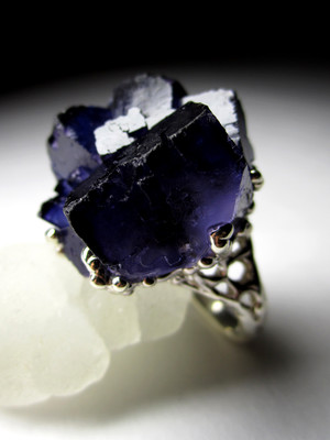 Ring with fluorite ink