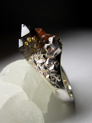 Ring with morion and garnet with spessartine