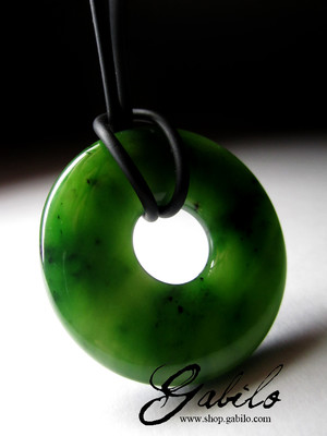 Pendant disc of apple jade