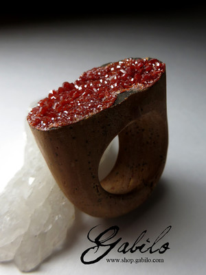 Ring with vanadinite whole