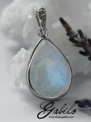 Silver pendant with cabochon moonstone