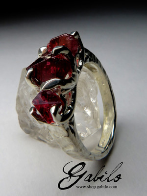 Ring with crystals of spinel