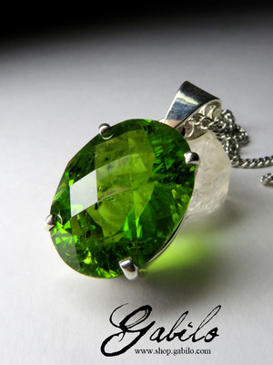 Pendant with chrysolite cut