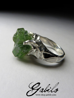 Ring with crystals of a demantoid