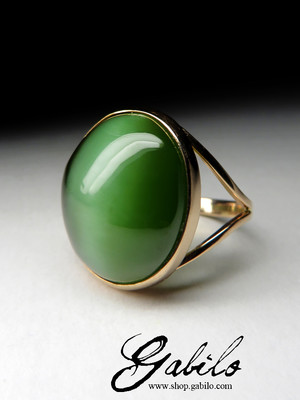 Gold ring with jade with the effect of a cat's eye