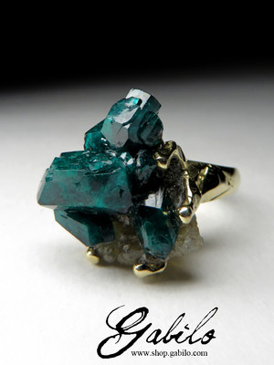 Gold ring with dioptase crystals