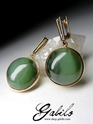 Gold earrings with nephrite cat's eye