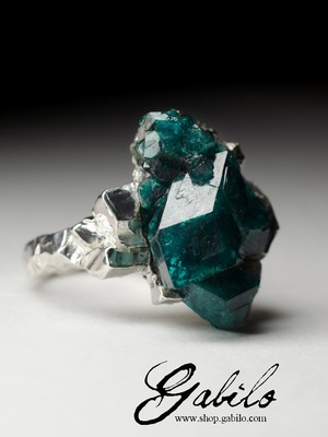 Ring with crystals of dioptase on the rock
