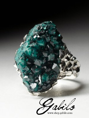 Ring with crystals of dioptase