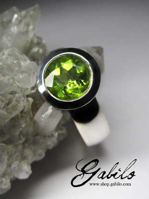 Ring with chrysolite cut