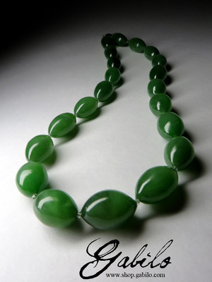 On order: Beads from green jade with the effect of a cat's eye