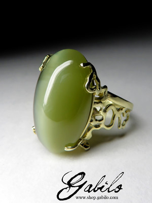 Gold ring with jade with the effect of a cat's eye with a certificate