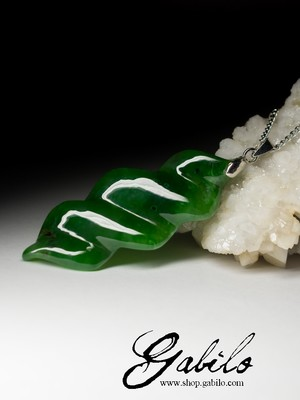 Pendant with apple jade
