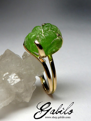 Gold ring with chrysolite