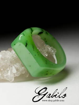 Ring of solid apple jade