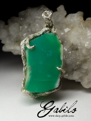 Silver pendant with chrysoprase