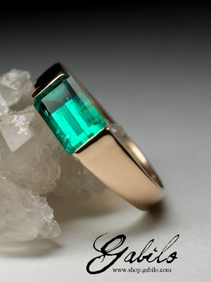 Made to order: Gold ring with emerald