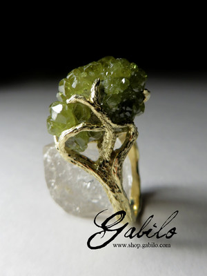 Gold ring with a demantoid