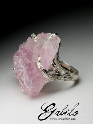 Gold ring with rose quartz