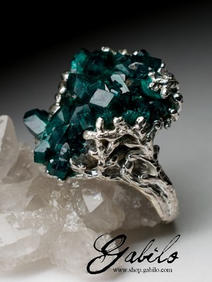 Silver ring with dioptase