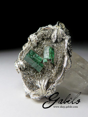 Pendant with emerald on matrix