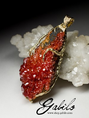 Gold necklace with vanadinite