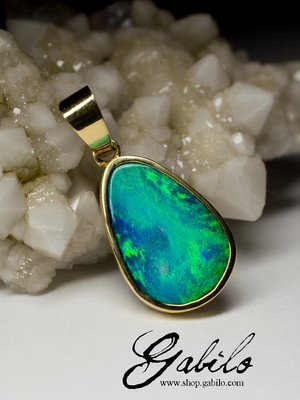 Gold pendant with black opal