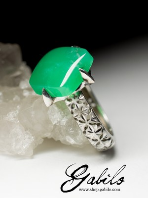 Ring with chrysoprase in silver